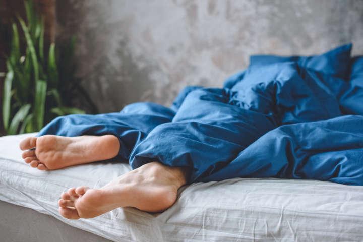 dolor de piernas en la cama
